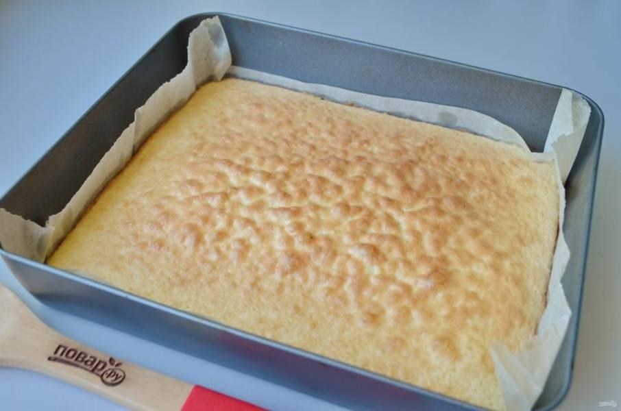 7. Готовый бисквит извлеките из формы, оставьте остывать на пергаменте.
