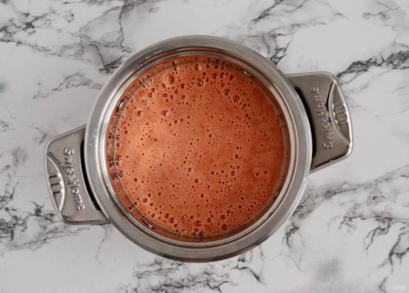 Помидоры измельчите в блендере или мясорубке до однородного пюре. Добавьте в пюре сахар и соль, доведите до кипения и варите 15 минут на среднем огне.