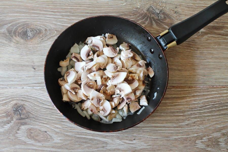 Шампиньоны оботрите влажной тряпочкой, срежьте сильные загрязнения и порежьте тонкими пластинами. Выложите грибы в сковороду.