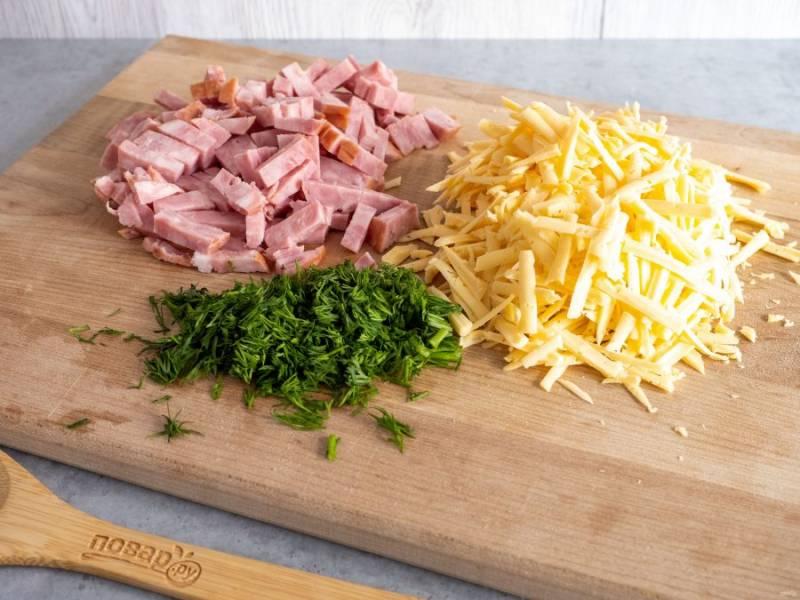 Сыр натрите на крупной терке, ветчину нарежьте небольшими брусочками, зелень мелко порубите.