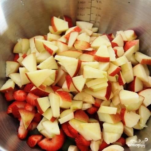 Следующим ингредиентом, отправляющимся в салатницу, является яблоко, нарезанное на дольки.