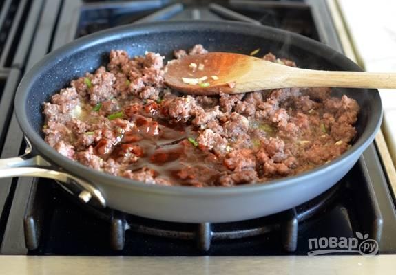 6. И, наконец, влейте заправку-соус. Перемешайте и готовьте ещё пару минут.
