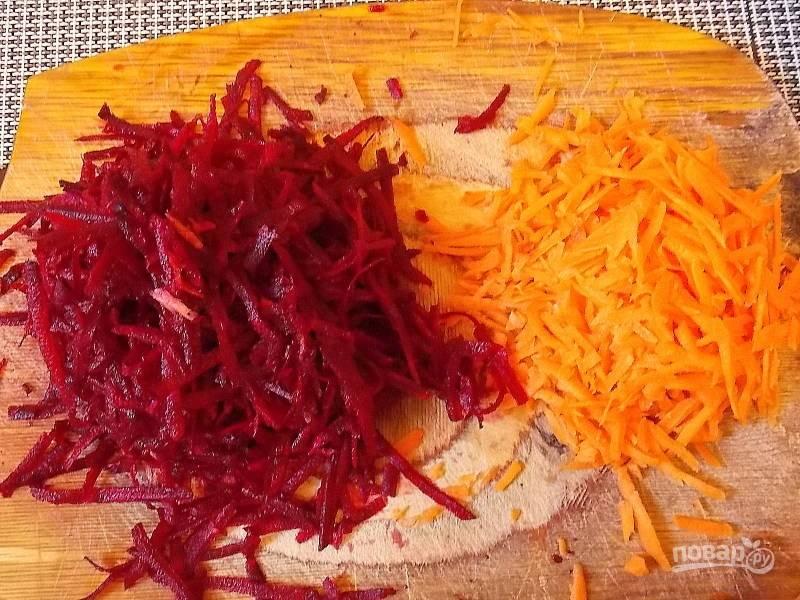 Натрите на крупной терке свеклу и морковь.
