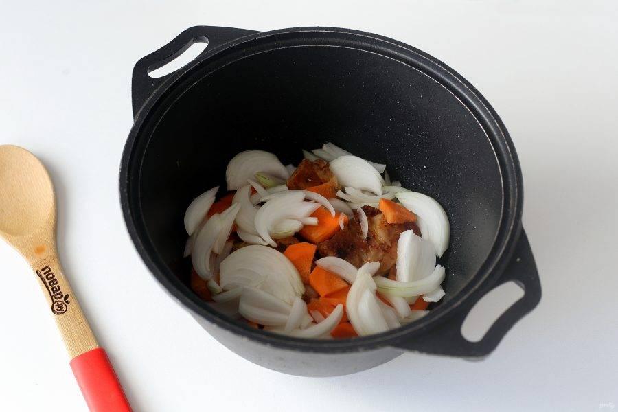 Добавьте к обжаренной курице нарезанные крупно лук и морковь.