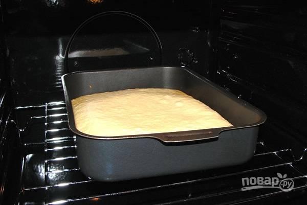 4. Выпекайте пирог до румяной корочки. Готовность проверьте зубочисткой или спичкой, она должна быть сухой.