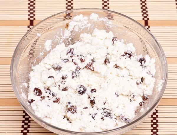 3. Изюм отправить в творог. Добавить сахар и тщательно перемешать. Можно использовать ванильный сахар для аромата или добавить щепотку корицы, например.