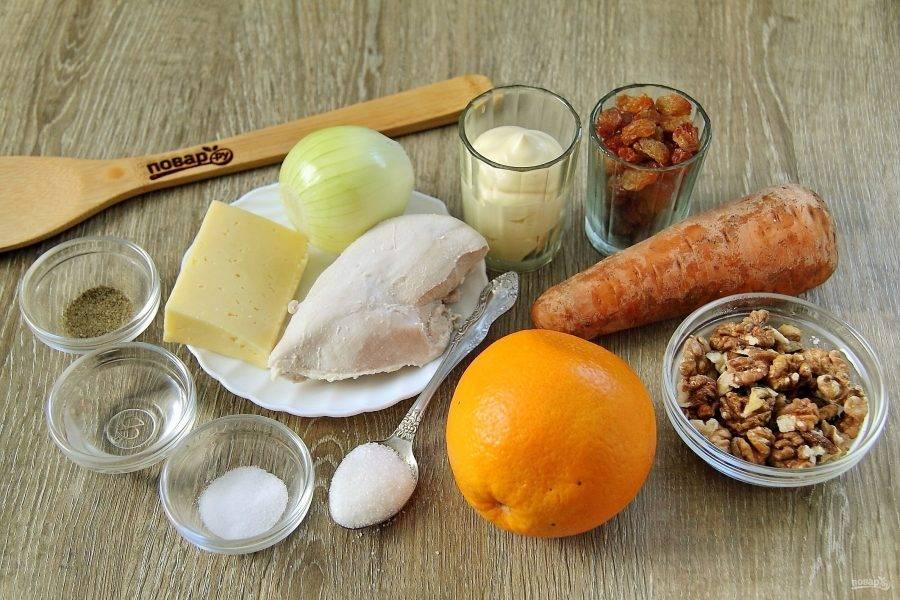 Подготовьте все ингредиенты. Отварите заранее куриное филе и морковь до готовности в подсоленной воде.
