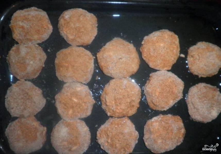 Выкладываем на смазанный маслом лист, отправляем на 20 минут в духовку при 200 С.