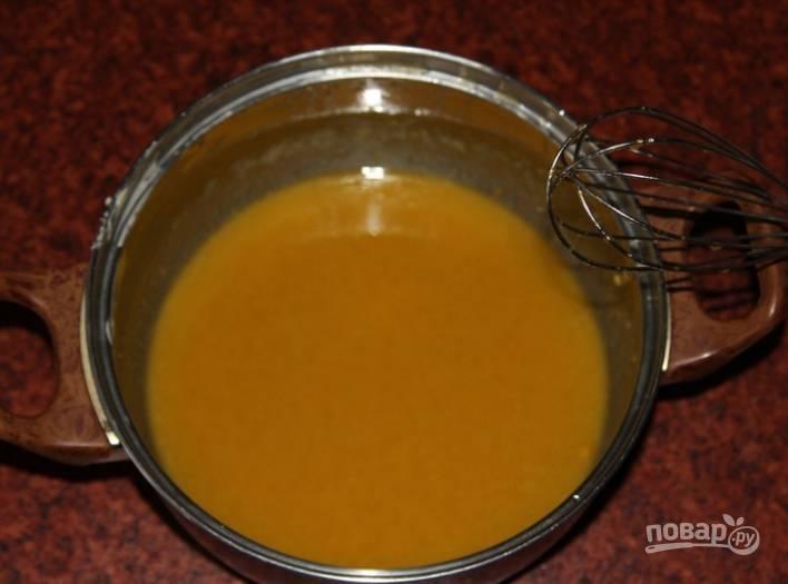 3.В остывшее масло ввожу яйца, 50 грамм сахарного песка и соль, перемешиваю венчиком.