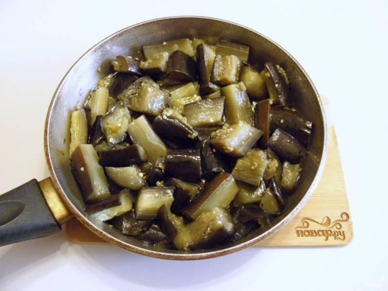На сковороде прогрейте масло рафинированное. Баклажаны откиньте на пару минут на дуршлаг. Когда стечет вода, бросайте овощи в горячее масло и жарьте 3 минуты, пару раз перевернув кусочки.