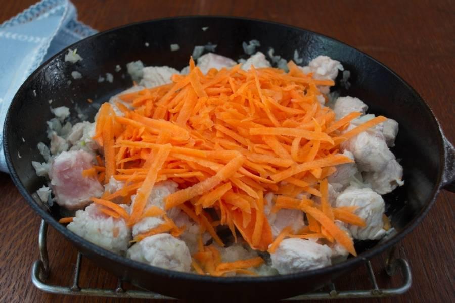 Добавляем натертую предварительно морковь. Перемешиваем. Тушим до готовности овощей.