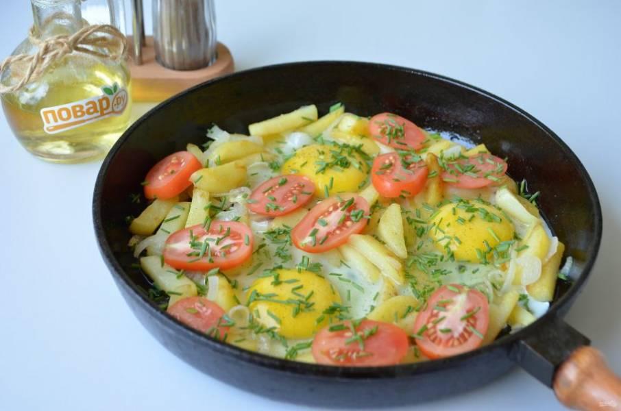 5. Положите колечки помидоров, притрусите зеленью, накройте крышкой и через пару минут снимите с огня, но крышку не открывайте еще несколько минут, чтобы запарились яйца.