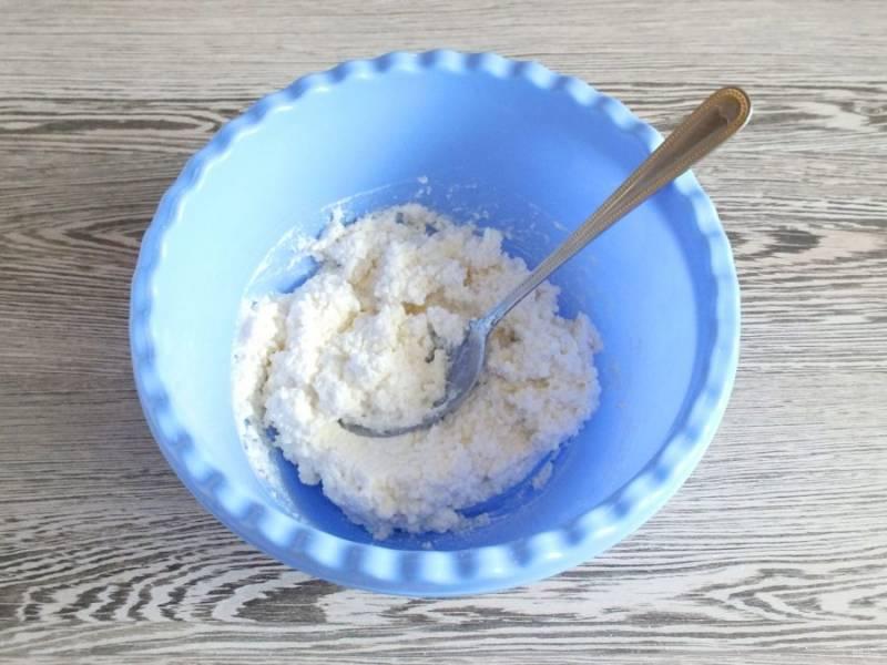 Добавьте творог, муку, ванилин по вкусу, щепотку соли. Перемешайте.