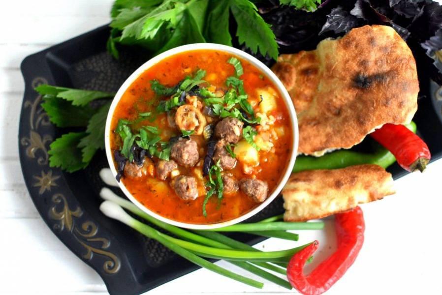 Подавайте суп горячим, разлив его по глубоким пиалам - касам, обильно посыпав свежей зеленью – петрушкой, кинзой и райхоном (фиолетовым базиликом).  Подайте к маставе лепешки и зеленый лук.  Ёкимли иштиха!