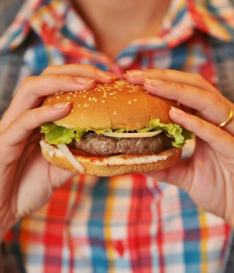 5. Начиняйте гамбургер по желанию. Я обычно добавляю салат, соусы, соленые огурцы, помидоры и сыр. Приятного аппетита!