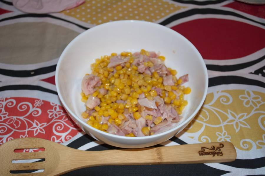 К мясу добавляем кукурузу.
