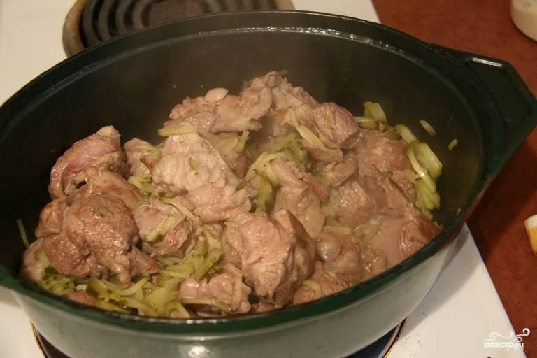 На терке натрите соленые огурцы, добавьте их к мясу.