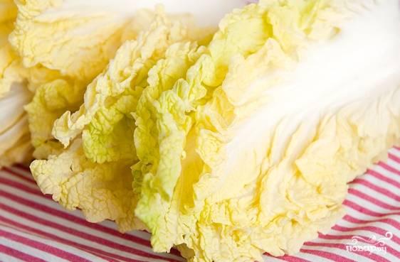 Отрежьте кочерыжку от капусты, промойте каждый лист под проточной водой. Стряхните лишнюю влагу, промокните листы бумажным полотенцем для лучшего эффекта.