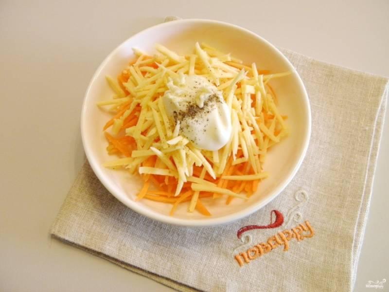 К салату добавьте ложечку майонеза, пропущенный через пресс чеснок, щепотку перца и соли.