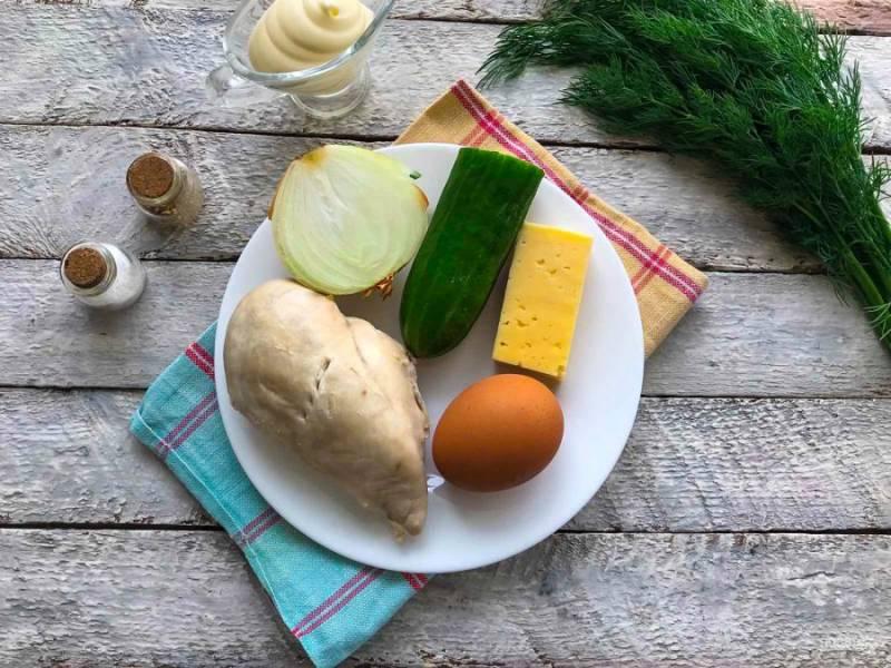 Подготовьте все необходимые ингредиенты для приготовления салата. Куриное филе отварите в подсоленной воде до готовности. Яйца варите 7-8 минут.