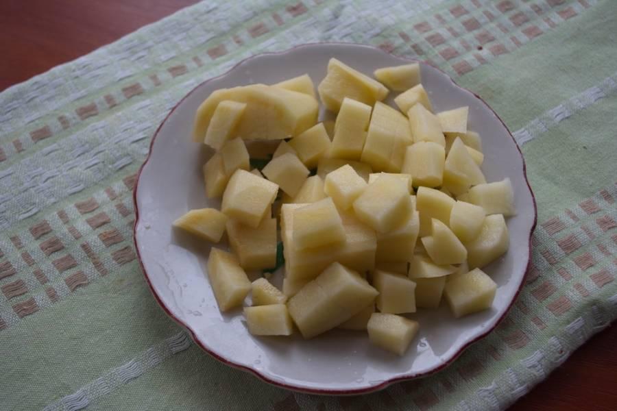 Картофель очистить и нарезать мелким кубиком  так, чтоб он успел свариться за 10 минут.