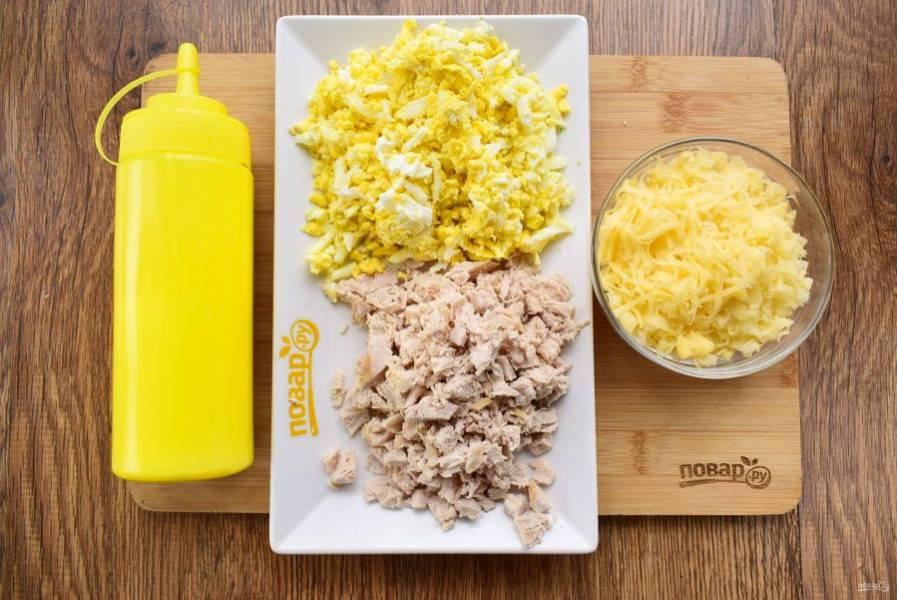 Мясо и яйца нарежьте мелкими кубиками.
