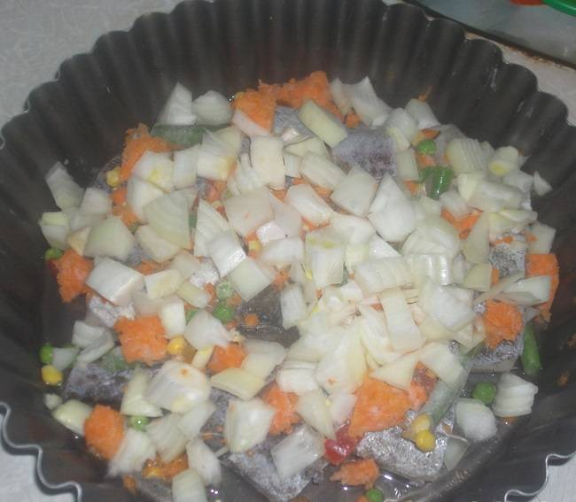 5. Луковицу очистить и нарезать маленькими кубиками. При желании также можно добавить помидоры или ложку томатной пасты.