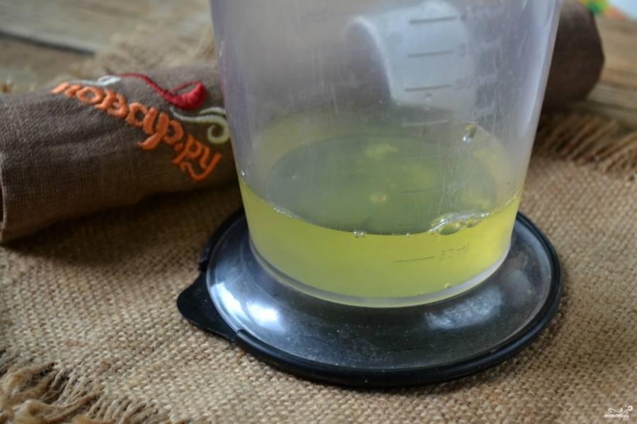 Отделите белки от желтков. Следите, чтобы к белкам не попала скорлупа или части желтка. Поместите белок в чистую и обязательно сухую посуду для взбивания. Начинайте взбивать на небольших оборотах миксера, постепенно увеличивая скорость.