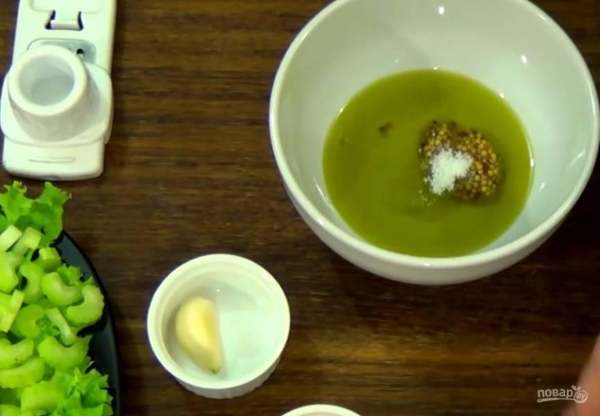 3. Очистите и нарежьте авокадо. Нарежьте небольшими брусочками сыр и выложите на листья салата. Приготовьте заправку: оливковое масло смешайте с зерновой горчицей, солью, фруктовым уксусом, медом и натертым чесноком.
