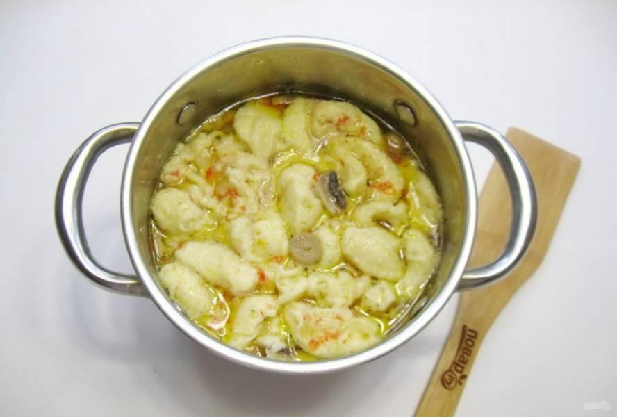 Когда все ингредиенты в супе будут готовы, чайной ложкой набирайте тесто и выкладывайте в кипящий суп. Посолите суп по вкусу. Можете и поперчить. Варите 5-6 минут и выключайте.