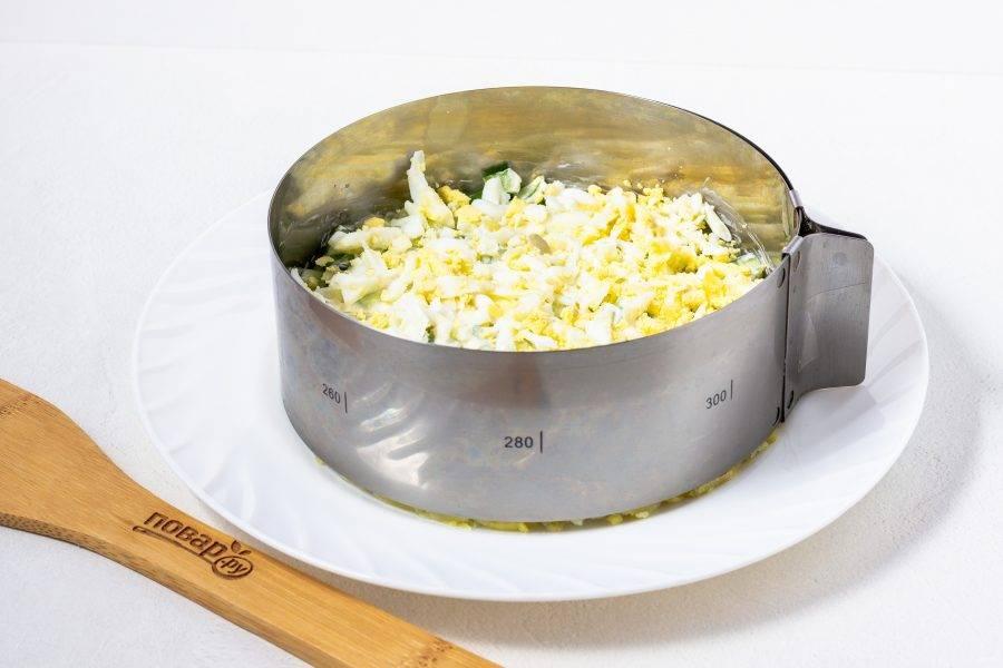 Третий слой - натертые на крупной терке яйца и майонез.