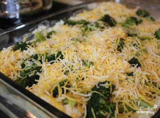 Полученную кашицу распределите по противню, сверху выложите брокколи, слегка надавливая, все присыпьте оставшимся сыром.