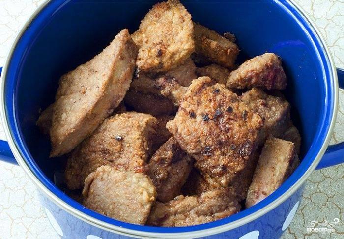 На сковороде растопите жир. Обжарьте печень на сковороде до золотистой корочки. Выложите мясо в тарелку.