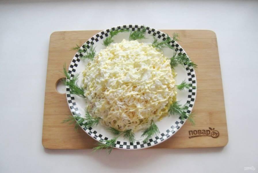 Украсьте салат по вкусу.