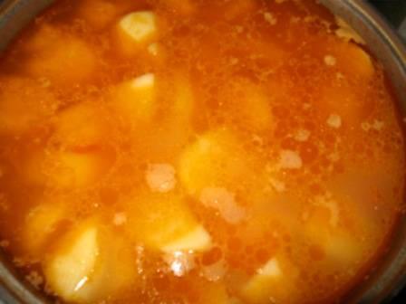Если жидкость не накрываем полностью картофель, нужно добавить еще немного кипятка, после этого блюдо следует посолить по вкусу и тушить еще минут 40, накрыв казан крышкой.