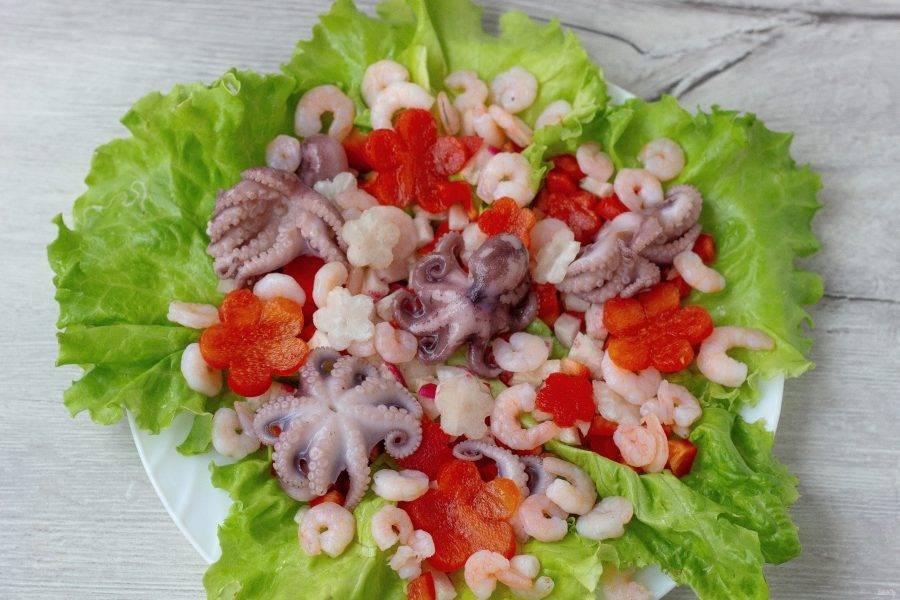 Сверху выложите морепродукты и цветы из овощей.