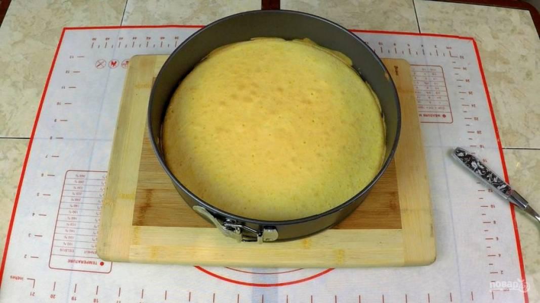 Условно делю тесто на 2 равные части и, заливая в форму каждую по очереди, отправляю в духовку на 15 минут. Далее коржам необходимо остыть.