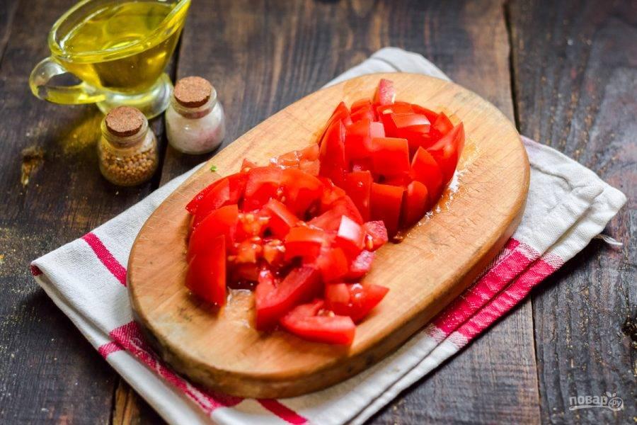 Помидоры сполосните и просушите, нарежьте томаты небольшими кубиками.