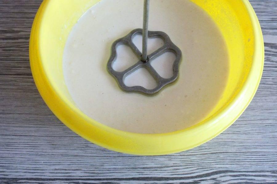 Теперь нужно действовать быстро и аккуратно. Форму перенесите в тесто, окуните в него, но не до конца. Важно, чтобы тесто не покрыло верх формочки, иначе печенье не сможет сползти с формочки.