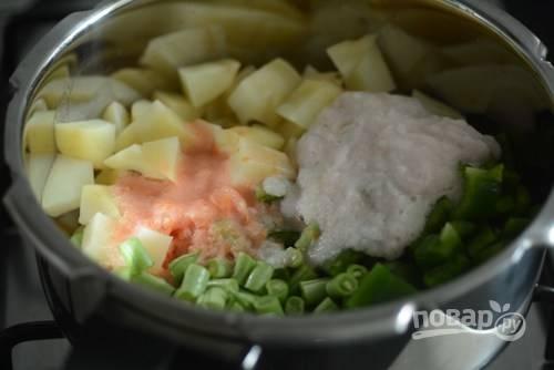 4. Добавьте пюре к овощам.