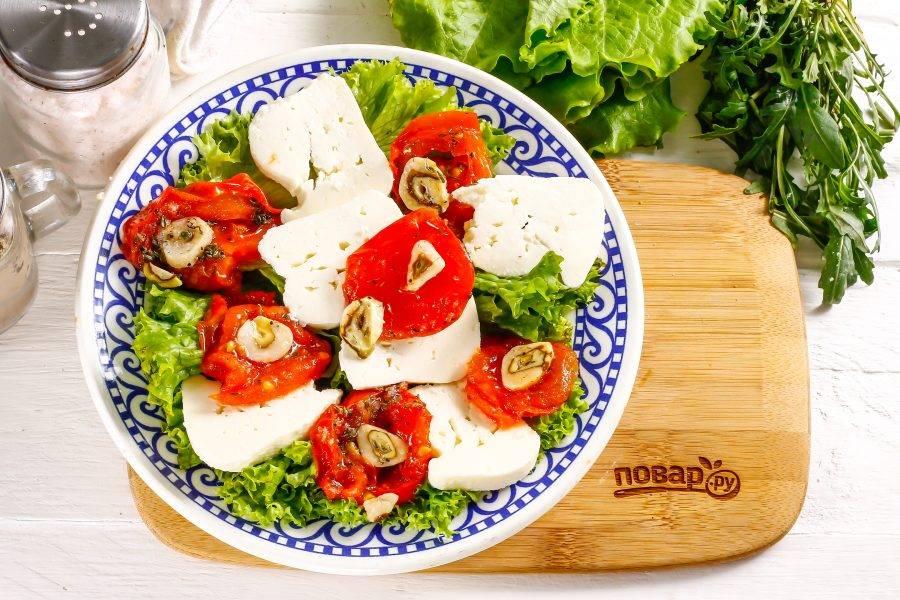 Нарежьте мягкий сыр: брынзу (фету), сулугуни, моцареллу небольшими кусочками или кружочками, выложите на тарелку между помидоров.