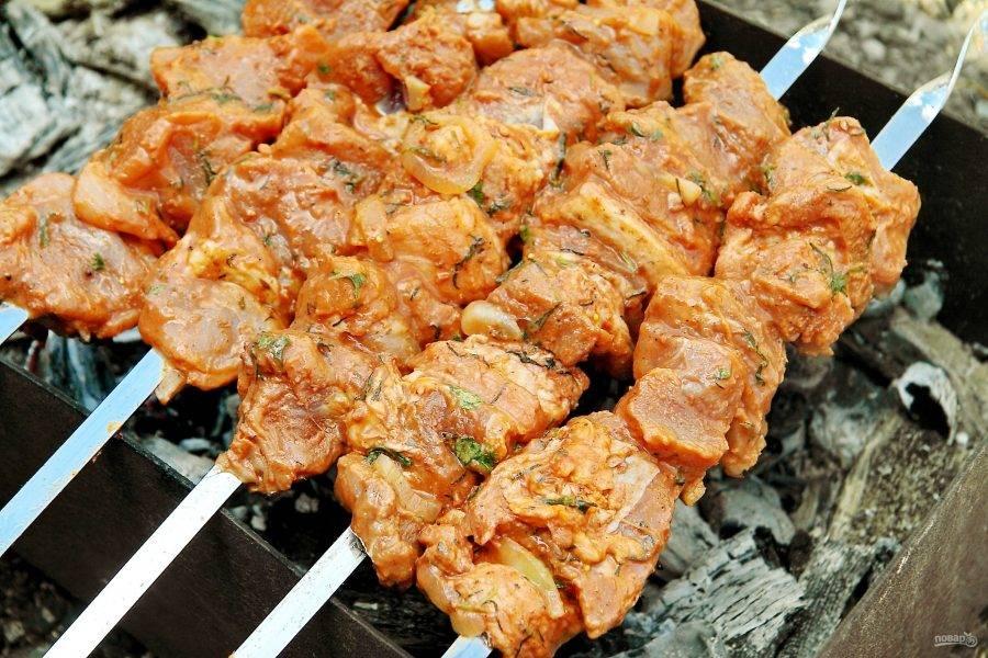 Мясо достаньте и нанизайте на шампуры. Жарьте над раскаленными древесными углями, периодически переворачивая, пока шашлык равномерно не прожарится.