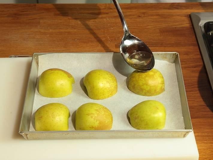 Шесть яблок очистите и порежьте на половинки, уложите на противень, полейте жиром и запеките.