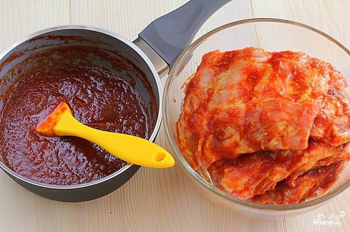 Теперь обмазываем свиные ребрышки со всех сторон приготовленным соусом и ставим на 1-2 часа в холодильник.