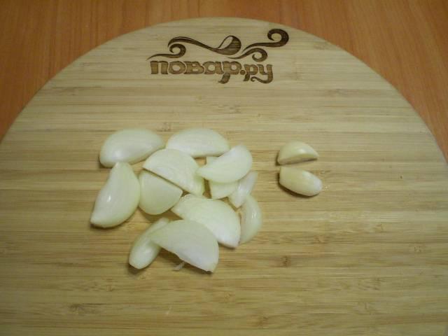 Порежьте полукольцами лук, чеснок — на половинки.