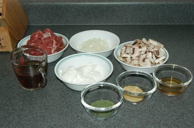Начните с подготовки ингредиентов: 1-1/2 фунта говяжьей вырезки (при использовании другого мяса, удалите любые излишки жира, хрящи и мембраны), 1 / 2 средней луковицы, 1 / 2 фунта шампиньонов , 1 чашка говяжьего бульона (желательно с низким содержанием натрия), 2 столовые ложки коньяка, 1 стакан сметаны, 1 столовую ложку дижонской горчицы, 1 чайная ложка сушеного укропа.  Густо нарежьте грибы и нашинкуйте лук. Тонко нарежьте говядину против волокон.