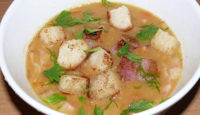 Готовый суп взбиваем с помощью блендера и разливаем по тарелкам, сверху присыпав жаренным беконом и сухариками. Приятного аппетита!
