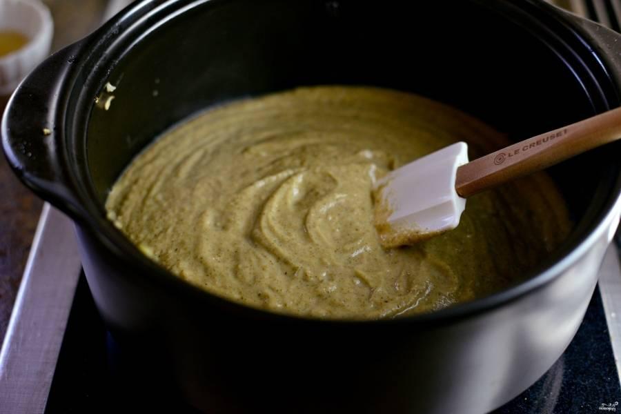 Шаг 7. Получившийся суп измельчите блендером до пюреобразной массы. Если масса получилась густой, добавьте еще немного воды.
