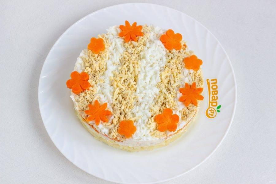 Из вареной моркови вырежьте цветочки с помощью плунжера, украсьте салат цветами и укропом!