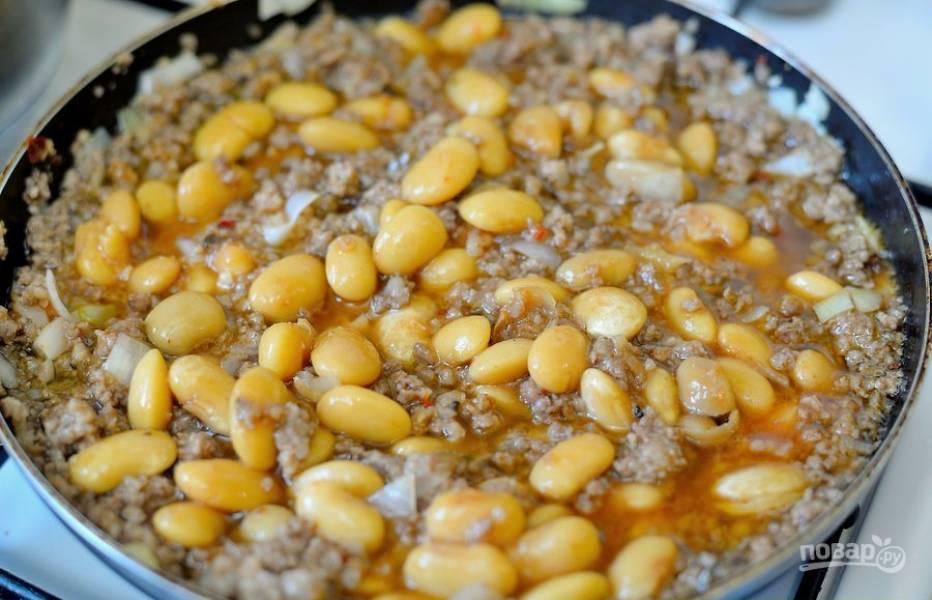 4. Отправьте фасоль в сковороду и готовьте мясо на медленном огне в течение 5-7 минут.